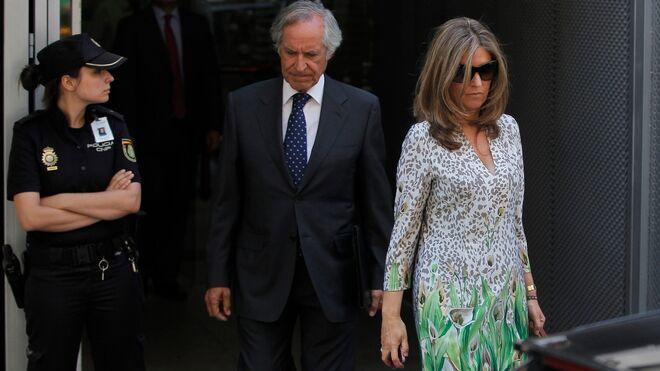 Rosalía Iglesias, mujer de Bárcenas, sale de la Audiencia Nacional en una de sus últimas comparecencias ante el juez.