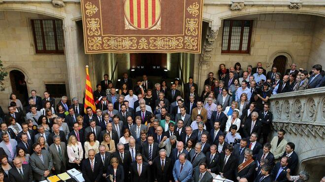 Artur Mas rodeado por muchos de los alcaldes proconsulta
