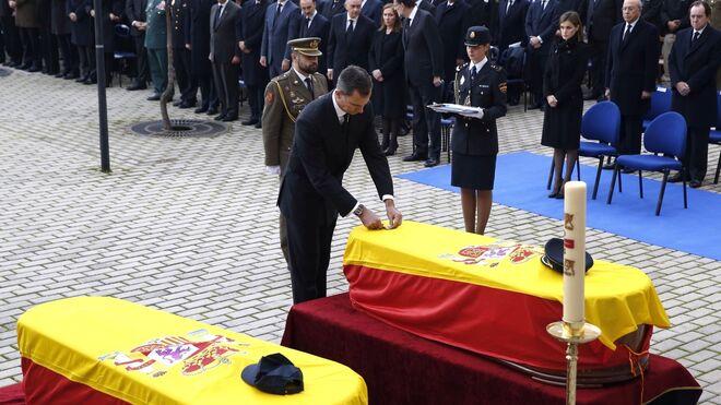 El rey impone la medalla de oro al mérito policial a título póstumo a los policías fallecidos