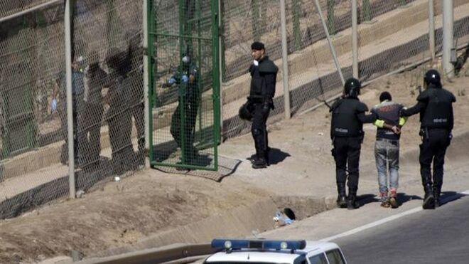 Imágen de varios inmigrantes en la Valla de Melilla.