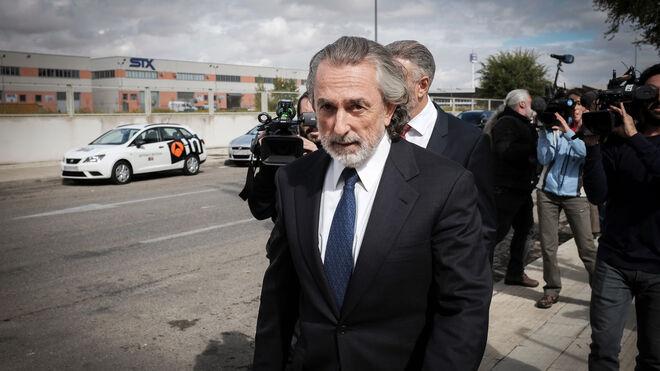El presunto cabecilla de la trama Gürtel, Francisco Correa, a su salida esta tarde de la Audiencia Nacional.
