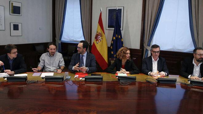 Los equipos negociadores de PSOE, Podemos y Ciudadanos reunidos el pasado 7 de abril en la sala Lázaro Dou del Congreso.