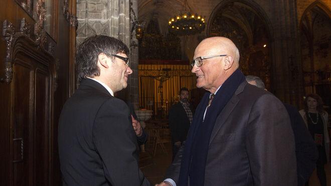 El presidente de la Generalitat, Carles Puigdemont (i) y el presidente de Banco Sabadell, Josep Oliu.