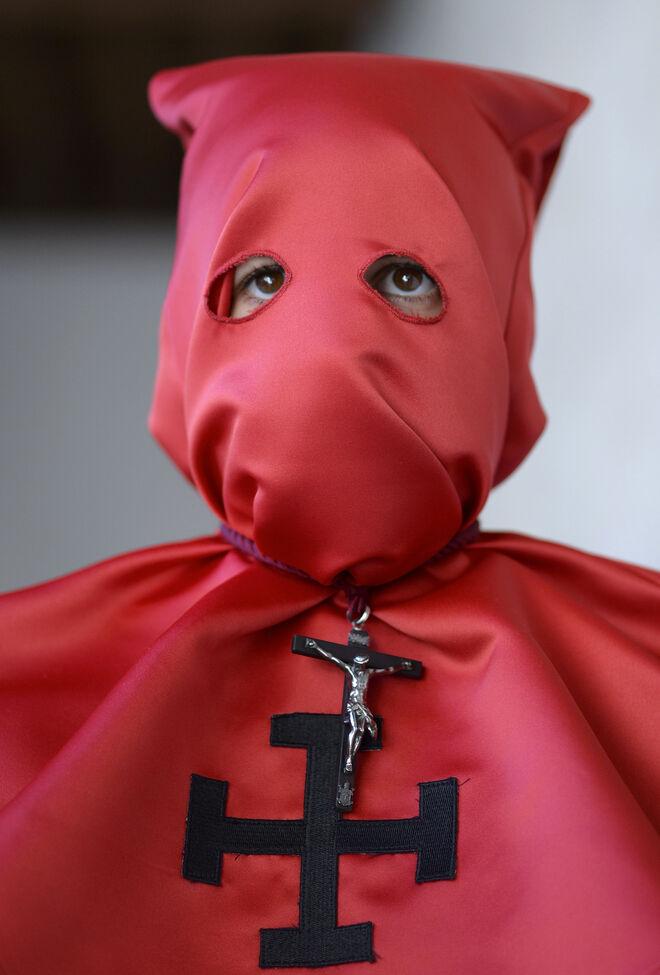Un cofrade del Santo Cristo de la Luz de Valladolid