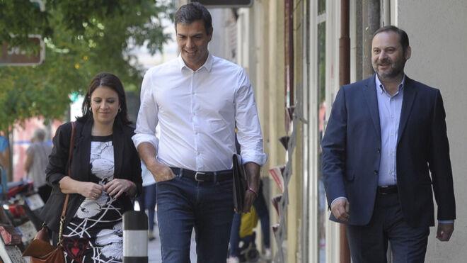 Pedro Sánchez llega a Ferraz acompañado de José Luis Abalos y Adriana Lastra
