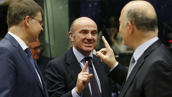 El ministro español de Economía, Luis de Guindos (c)