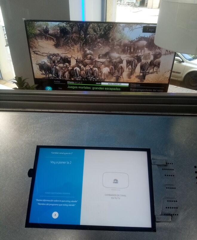 Dentro de la cabina en la que se encuentra instalado Aura, se encuentra un tablet con el que se interactúa con el sistema. Fuera, tras el cristal, un televisor con el que se puede interactuar a través de la plataforma