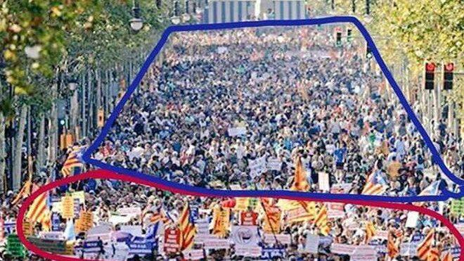 Fotografía de la manifestación en Barcelona contra el Terrorismo difundida por Moncloa, señalando a los voluntarios de la ANC justo detrás de las autoridades.