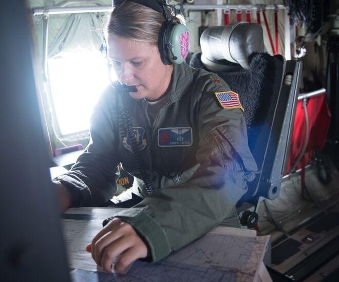 Otro del los técnicos que toma datos durante el vuelo