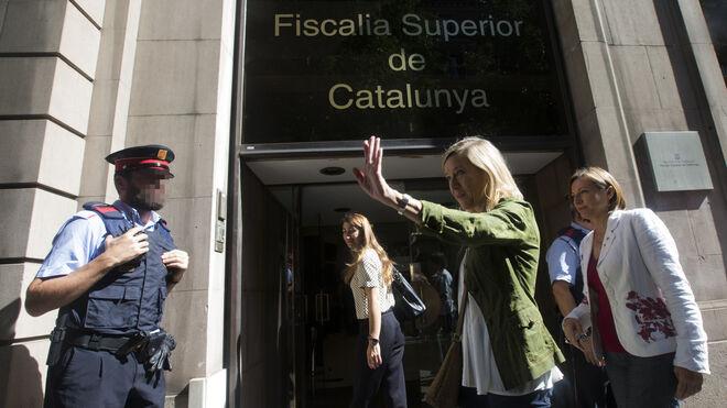 La alcaldesa de Vilanova y la Geltrú, Neus Lloveras (2d), acompañada de la presidenta del Parlament, Carme Forcadell (d) a su llegada a la Fiscalía catalana.