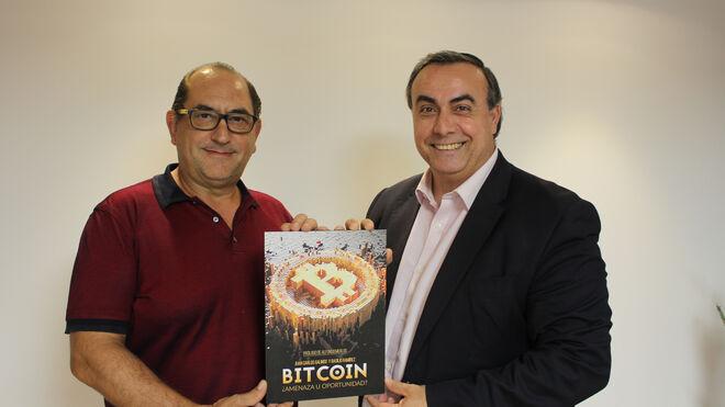 """Basilio Ramírez (izquierda) y J.C. Galindo (derecha), autores del libro: """"Bitcoin ¿amenaza u oportunidad?"""""""