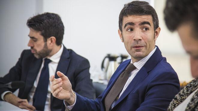 Fernando Vizoso, director del área de infraestructuras de KPMG; al fondo, Miguel Alba, director de Vozpópuli