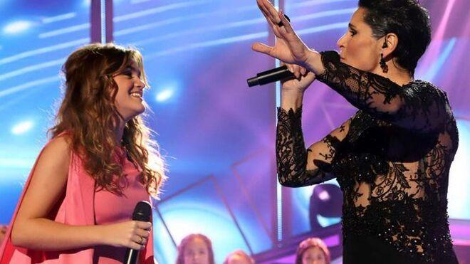 Rosa López con Amaia en la gala de navidad de OT.