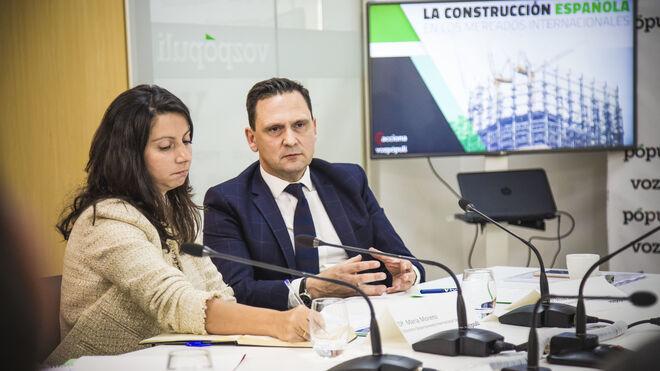 Jesús Sierra, director general para EMEA y Oriente Medio de Acciona, junto a María Moreno (Seopan)