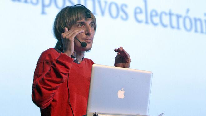 El cíborg Neil Harbisson habla durante una conferencia en la edición ecuatoriana del Campus Party en el Centro de Exposiciones Mitad del Mundo en Quito, (Ecuador).