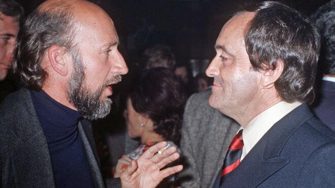 El director y actor teatral Adolfo Marsillach (i) conversa con el zoólogo Félix Rodríguez de la Fuente (d). (Foto sin fecha, aproximadamente década de los años 70)