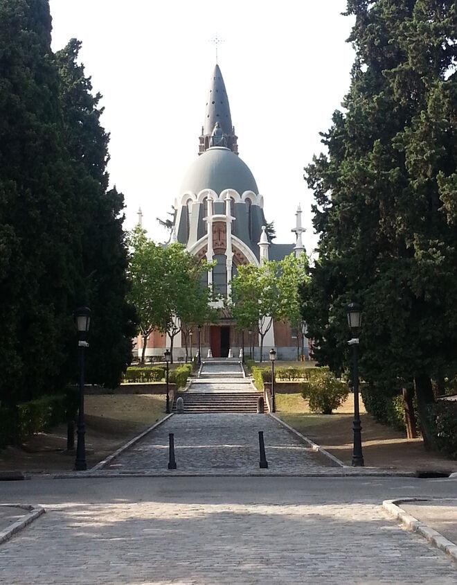 Camino de entrada a la capilla del cementerio de Nuestra Señora de la Almudena.