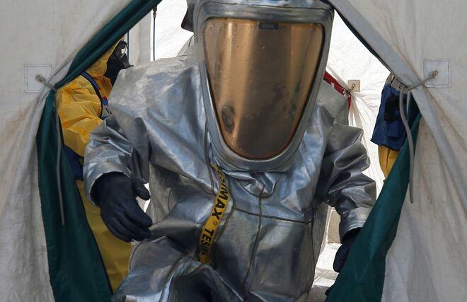 Para aplicar  la nueva tecnología Counterfog para descontaminación del aire, los operarios necesitan unos trajes especiales.