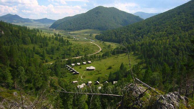 Vista del valle desde la cueva de Denisova, en Rusia