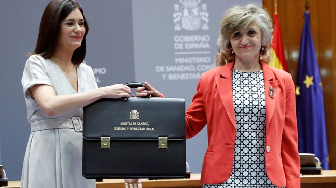 María Luisa Carcedo, tras recibir la cartera de Sanidad, Consumo y Bienestar Social, de manos de la exministra, Carmen Montón.