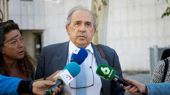 Enrique Álvarez Conde,director del master de Cristina Cifientes, contesta a las preguntas de los periodistas a su salida de los juzgados Plaza Castilla.
