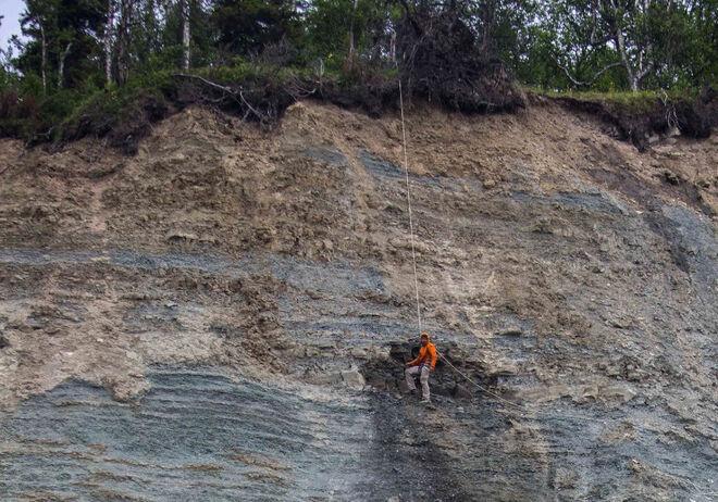 Ilya Bobrovskiy recogiendo los fósiles en un acantilado del Mar Blanco