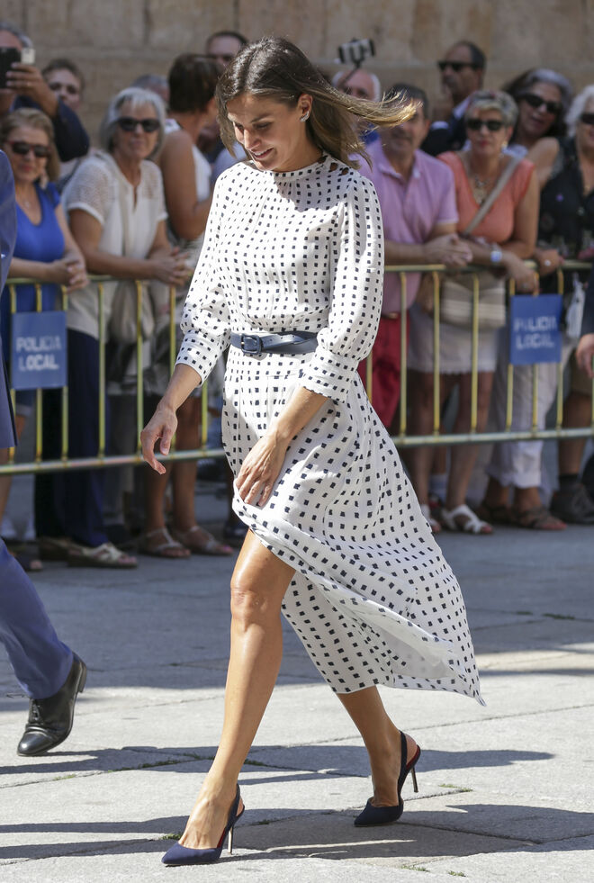 El nuevo vestido de Letizia le ha jugado dos malas pasadas.