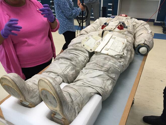 El traje de Neil Armstrong durante uno de los análisis