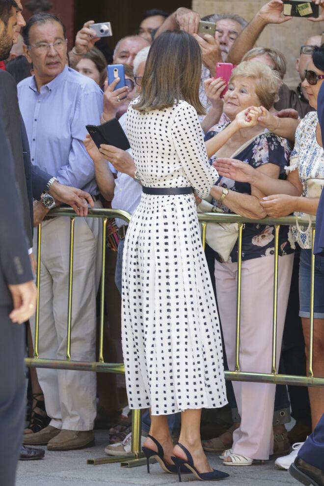 El vestido es de Massimo Dutti y los zapatos de Carolina Herrera.