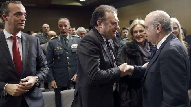 Fernández Díaz saluda a José Luis Olivera en presencia del exsecretario de Estado Francisco Martínez