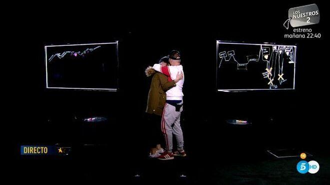 Se funden en un abrazo