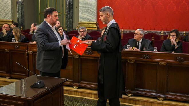 El exvicepresidente del Gobierno catalán Oriol Junqueras (izda) intercambia documentación con su abogado Andreu Van Den Eynde.
