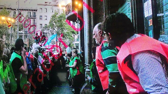 """Imagen del """"cordón de seguridad"""" de voluntarios de la ANC en la Conselleria de Economía el 20S."""