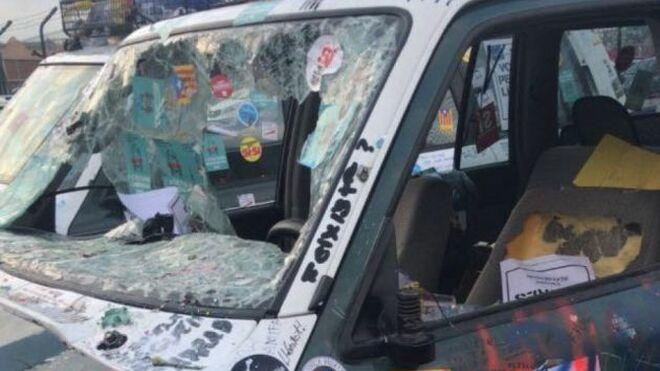 Los coches de la Guardia Civil, destrozados también por dentro