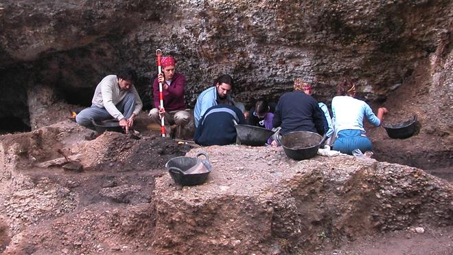 Excavaciones en el yacimiento de Balma Guilanyà (Lleida)
