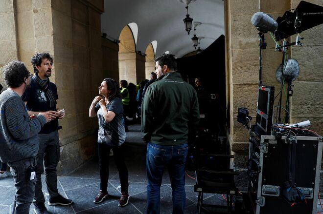 El director Félix Viscarret (2i), este martes en San Sebastián durante el rodaje de 'Patria'