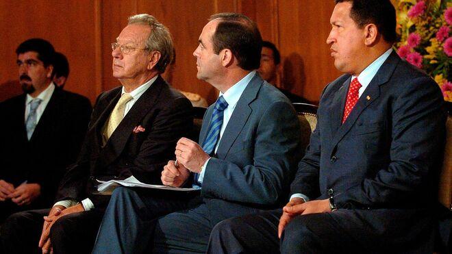 Raúl Morodo, José Bono y Hugo Chávez en un acto en Caracas