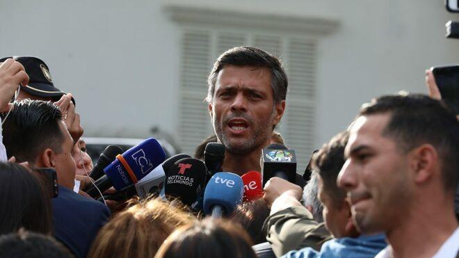 El opositor Leopoldo López atiende a los medios en la embajada de España en Venezuela