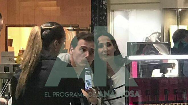 Malú y Albert Rivera en El Corte Inglés