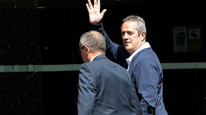 El candidato a la alcaldía de Barcelona Joaquim Forn es conducido al interior del Ayuntamiento de Barcelona.