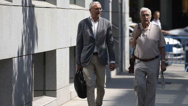 El extesorero de CDC Daniel Osàcar (d) junto a su abogado Xavier Melero.