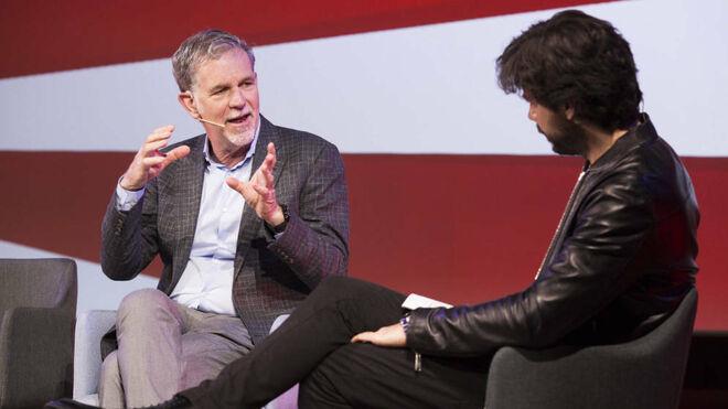 El CEO de Netflix , Reed Hastings (i), y el actor Álvaro Morte (d)