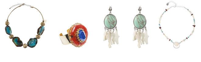 NOX collar con piedras azules / ALDAZABAL anillo dorado con piedras / AGATHA by SARA CARBONERO pendientes amarmolados / UNOde50 collar multicolor