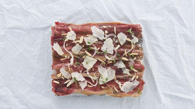 El carpaccio de txuleta con almendras, parmesano y vinagreta trufada es una especialidad de Perretxico