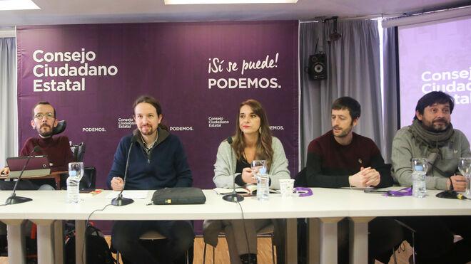 De izquierda da derecha: Pablo Echenique, Pablo Iglesias, Noelia Vera, y los diputados Juan Manuel del Olmo y Rafael Mayoral Peral