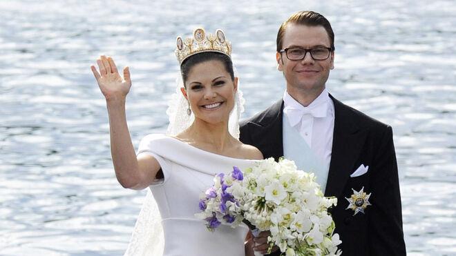 Victoria de Suecia, el día de su boda, con tiara de la casa Chaumet