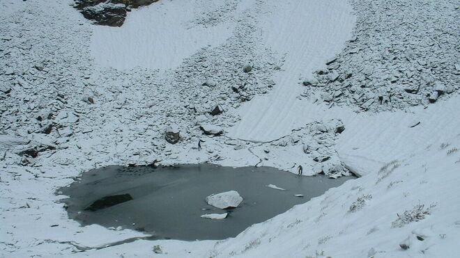 Otras vista del lago de los esqueletos en el Himalaya