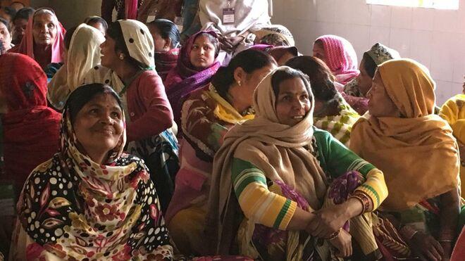 Algunos de los voluntarios participantes en el estudio en varias aldeas indias