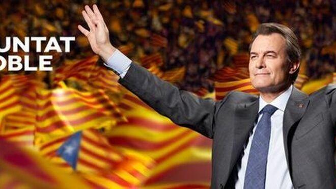 Artur Mas se presentó en 2012 a las autonómicas con un cartel en el que aparecía con los brazos abiertos, rodeado de banderas independentistas y el eslogan 'La voluntat d'un poble'.
