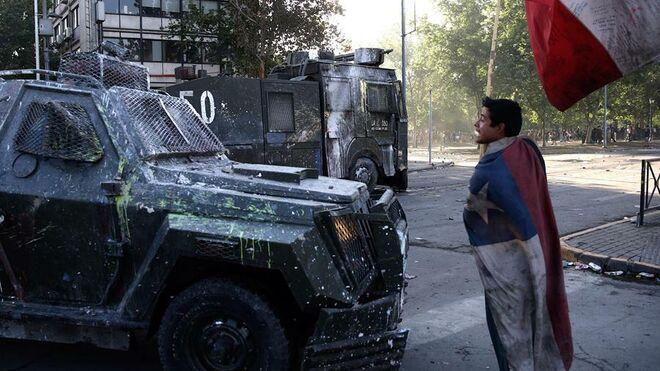 Carabineros y manifestantes este jueves en Santiago de Chile.
